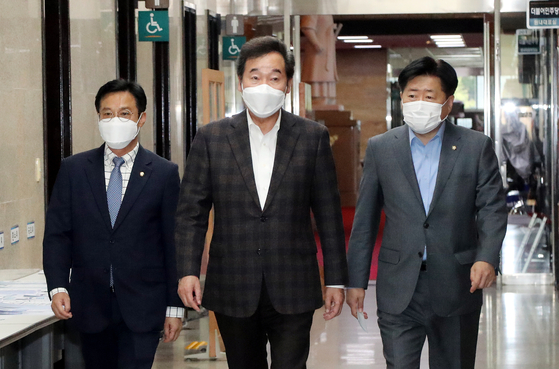 Ruling Democratic Party Chairman Lee Nak-yon, center, on his way to meet with Takeo Kawamura, former Japanese chief cabinet secretary and current head of the Japan-Korea parliamentary group, at the National Assembly in western Seoul on Sunday. [YONHAP]