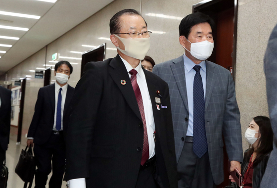 Kawamura on his way to meet with Lee at the Assembly on Sunday. [YONHAP]