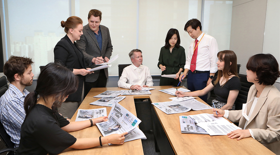 Korea JoongAng Daily's editors hold a story meeting at the newspaper's new headquarters in Sangam-dong, Mapo District, in western Seoul, including Chief Editor Anthony Spaeth, center, and Managing Editor Lee Moo-young, third from right. [PARK SANG-MOON]