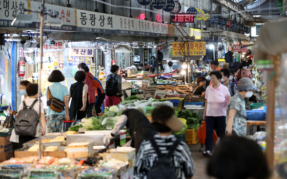 A market in Seoul is bustling with grocery shoppers. [NEWS1]
