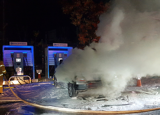 A Kona EV smolders after a fire at a parking lot in Namyangju, Gyeonggi on Oct. 17. [YONHAP]