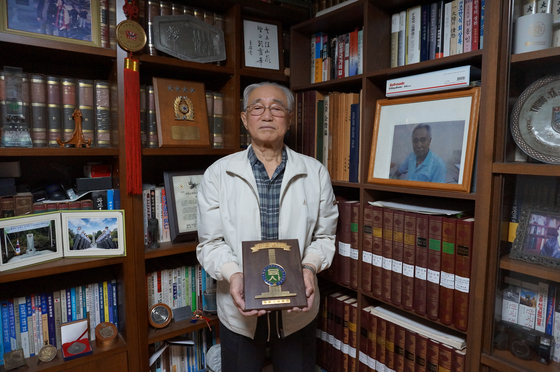 Kim Jung-soo at his home in Bucheon, Gyeonggi, on Oct. 15. [ESTHER CHUNG]