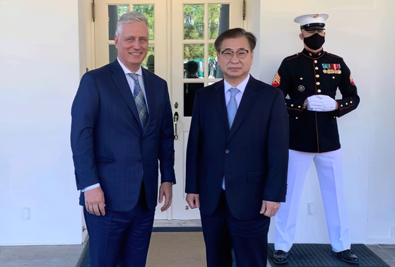 U.S. National Security Adviser Robert O'Brien, left, poses with his Korean counterpart Suh Hoon at the White House on Wednesday. [YONHAP]