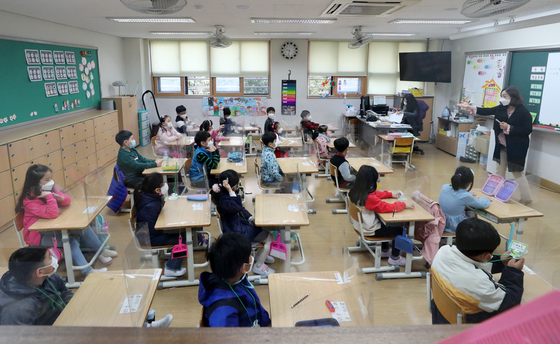 First graders at Maeyeoul Elementary School in Suwon, Gyeonggi, are finally back in classes Monday morning after the easing of social distancing guidelines. Starting this week, first graders can go to school every day. Other grades are generally capped at two-thirds capacity. [NEWS1]