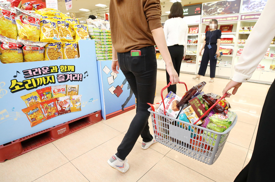 Customers shop snacks at a big supermarket in central Seoul on Sept. 8. [YONHAP]