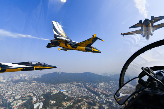Over Seoul on Monday, the Black Eagles, an acrobatic flight team of the Korean Air Force, rehearse a flight to commemorate the fallen soldiers part of the Chosin Reservoir Campaign during the Korean War. The performance will take place at the War Memorial of Korea in Yongsan District, central Seoul, on Oct. 27.  [NEWS1]
