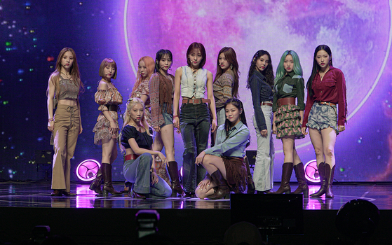 "Loona performs ""Why Not?,"" the lead track of its third and latest EP ""[12:00]"" on Monday afternoon at the Blue Square iMarket Hall in Hannam-dong, central Seoul, during its showcase. [JEON TAE-GYU]"