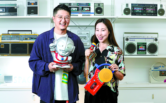 Yun Jong-hu, left, and Kim Bo-ra, used to work for a local fashion company. As avid fans of vintage IT gadgets, the couple collected such items whenever they went on overseas business trips. [LIM HYUN-DONG]
