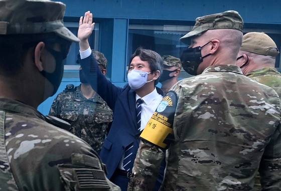 Minister of Unification Lee In-young, center, waves during a visit to the truce village of Panmunjom in the demilitarized zone in September. Tours to the area will resume in November, the ministry announced Monday. [YONHAP]