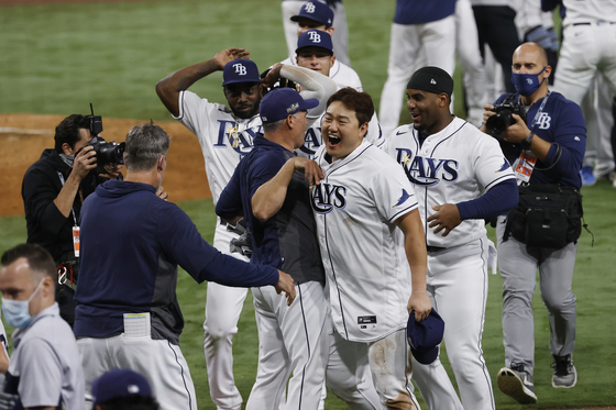 Choi Ji-man of the Tampa Bay Rays, front, celebrates with his teammates for their advancement onto the World Series after picking up a 4-2 victory against the Houston Astros at PetCo Park in San Diego, California on Saturday. [EPA/YONHAP]