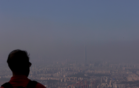 """Seoul sits in a cloud of ultrafine dust particles on Tuesday as fine dust levels reached """"bad"""" for the first time in months. [YONHAP]"""