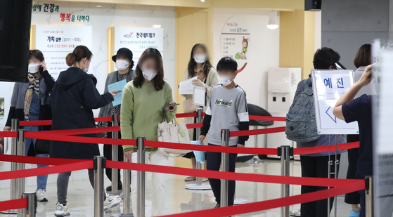 People line up for flu shots at a Korea Association of Health Promotion branch in Gangseo District, western Seoul, on Tuesday amid concerns over the safety of influenza vaccines following the recent mysterious deaths of a teenage boy from Incheon and an elderly woman from North Jeolla. [NEWS1]