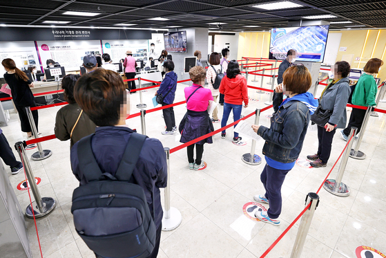 A day earlier on Tuesday, many people line up to get flu shots at the same health clinic. [YONHAP]
