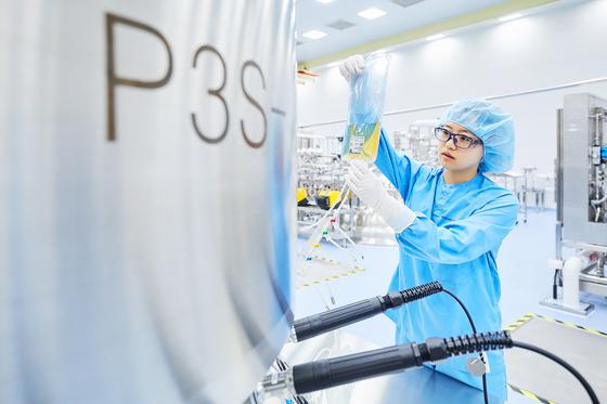 An employee works at a Samsung Biologics factory. [SAMSUNG BIOLOGICS]