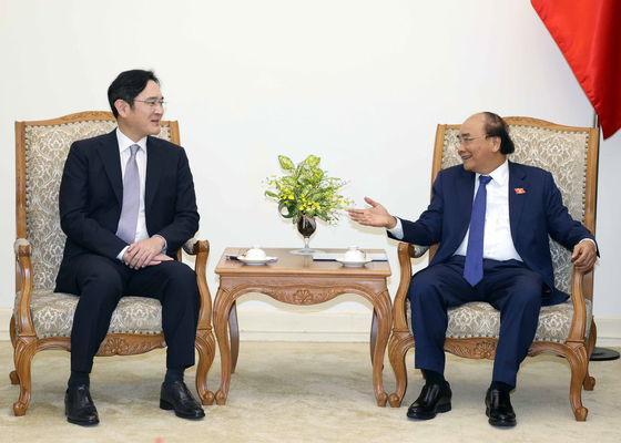 Samsung Electronics Vice Chairman Lee Jae-yong, left, talks with Vietnamese Prime Minister Nguyen Xuan Phuc at the government complex in Hanoi, Vietnam, on Tuesday. [YONHAP]