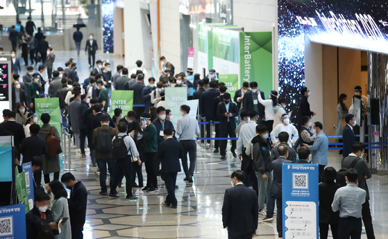 People crowd the entrance to the InterBattery 2020 exhibition held at Coex on Wednesday. This is the first time in two months that Coex is holding an exhibition after the government implemented stricter social distancing in August due to a resurgence of the coronavirus pandemic. [YONHAP]