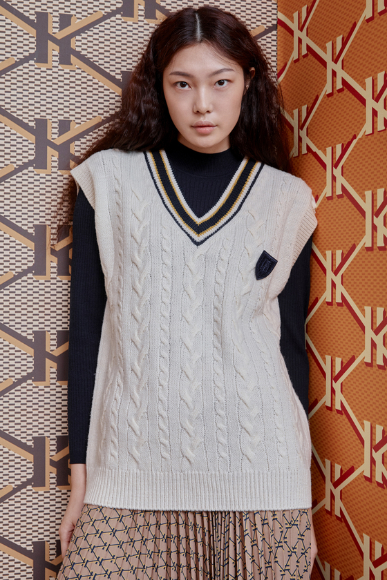 A model in a knitted vest presents a preppy look. [HAZZYS]