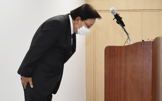CJ Logistics CEO Park Keun-hee apologizes on Thursday for the recent series of deaths of delivery workers that could be related to stress and overwork. [NEWS1]