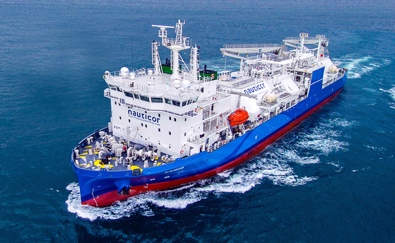 The LNG Bunkering vessel built by Hyundai Mipo Dockyard was delivered to Germany in 2018. This vessel has a similar outlook as the planned liquefied hydrogen carrier. [YONHAP]