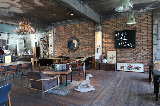 Kkotjari Dabang, a cafe where artist Lee Jung-seop and other intellectuals frequently visited, is now open and features a retro interior to allure youngsters looking for a mix of something new and old. [LEE SUN-MIN]