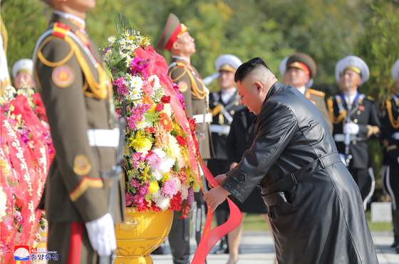 North Korea's leader Kim Jong-un, right, offers a wreath at a cemetery for Chinese soldiers killed in the 1950-53 Korean War in Hoechang, South Pyongan Province, central North Korea, to mark the 70th anniversary of China's entry into the conflict, in which China fought alongside the North, in this photo released by the North's official Korean Central News Agency on Thursday. [YONHAP]