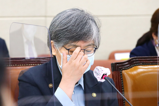 Korea Disease Control and Prevention Agency Commissioner Jeong Eun-kyeong speaks on the mysterious deaths linked to flu vaccinations at a parliamentary hearing on Thursday. [YONHAP]