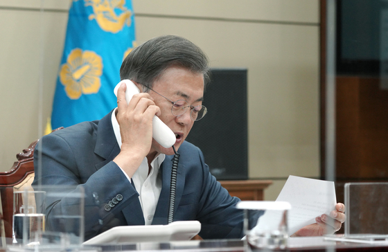 President Moon Jae-in has a phone talk with Indian Prime Minister Narendra Modi on Wednesday.  [YONHAP]