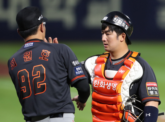 Hanwha Eagles catcher Choi Jae-hoon, right, high fives interim manager Choi Won-ho during a game against the NC Dinos at Changwon NC Park on June 20. [YONHAP]