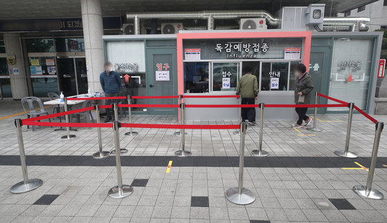 Almost no one waits in line at an influenza vaccination center in Seoul on Thursday, testifying to public worries about the safety of flu shots following over a dozen deaths. [YONHAP]
