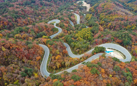 A view of Gangwon's Hongcheon County filled with leaves turning colors. [YONHAP]