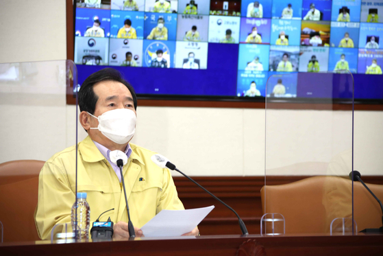 Prime Minister Chung Sye-kyun announces that the government's influenza vaccination program will continue in line with expert findings that flu vaccines are unrelated to a recent series of deaths. [YONHAP]