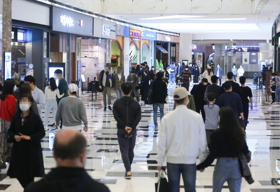 People look around a shopping complex in Seoul on Sunday, ahead of the Korea Sale Festa event that will kick off next week. During the event, scheduled to run from Nov. 1 through Nov. 15, stores will be offering large discounts. [YONHAP]