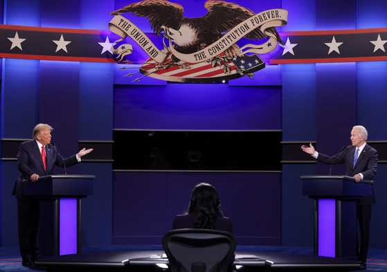 U.S. President Donald Trump, left, and former U.S. Vice President Joe Biden, the Democratic presidential candidate, face off in the final presidential debate at Belmont University in Nashville, Tennessee, Thursday. [AFP/YONHAP]