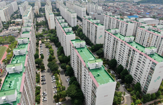 An apartment complex in Seo District, Daejeon. The average apartment price in Daejeon rose 2.29 percent during the last two months, the highest increment among the five metropolitan cities outside of the Seoul metropolitan area. [YONHAP]