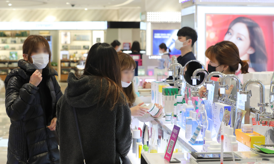 Chinese consumers shop at Lotte Duty Free's Jeju store in Yeon-dong, Jeju City, in February after the branch resumed operations following a coronavirus patient's visit. [NEWS 1]