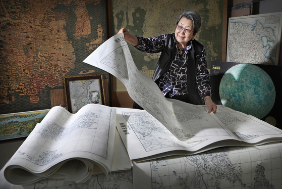 Director Kim Hye-jung organizes ancient maps and related documents at the Hyejung Culture Foundation office in Osan, Gyeonggi. [PARK SANG-MOON]
