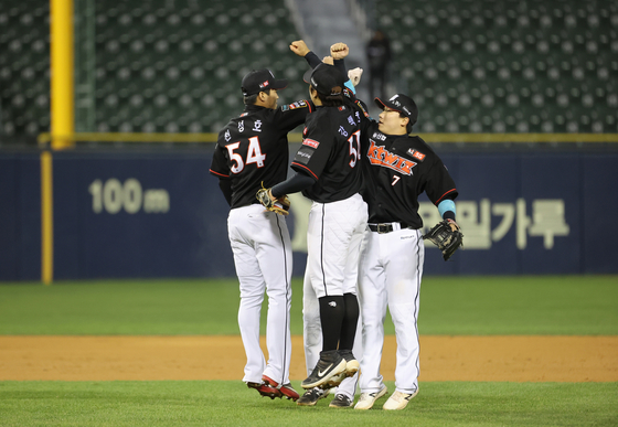 KT Wiz players celebrate after picking up a big 17-5 victory against the Doosan Bears at Jamsil Baseball Stadium in southern Seoul on Oct. 22. [YONHAP]