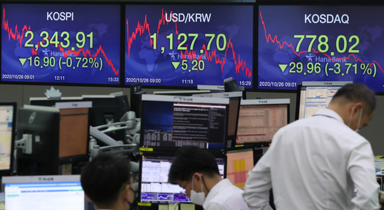 The won rose to an over 19-month high against the dollar on Monday. There are expectations that the won's advance will continue while the dollar stays weak against major currencies due to the near-zero interest rates in the United States and skepticisms about global economic recovery. [YONHAP]