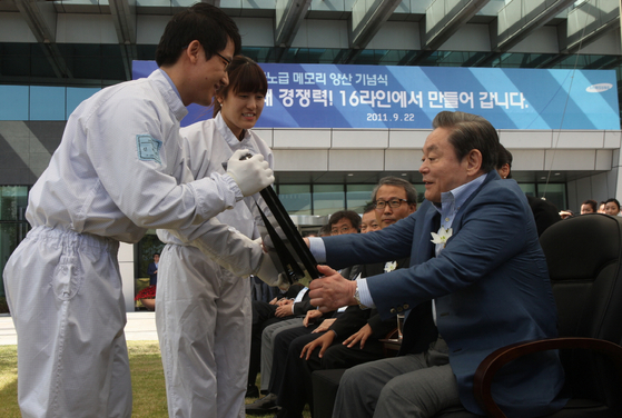 Lee Kun-hee, right, is given the first semiconductor wafer manufactured at a production line in Samsung's Nano City, one of Samsung's main chip manufacturing bases in Gyeonggi, in September 2011. [NEWS1]