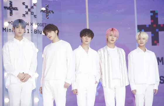 """Boy band Tomorrow X Together poses for photos during an online showcase held on Monday afternoon for its third EP """"minisode1: Blue Hour."""" From left are members Soobin, Huening Kai, Beomgyu, Yeonjun and Taehyun. [NEWS1]"""