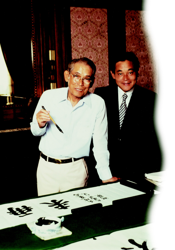 Lee, right, and his father, Samsung founder Lee Byung-chull, in 1980. [SAMSUNG]