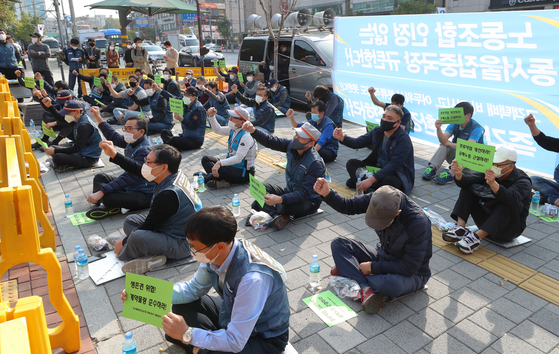Taekbae Union, which represents delivery workers, demands logistics companies improve the work environment for delivery workers in Gwangjin District, eastern Seoul, Monday. [YONHAP]