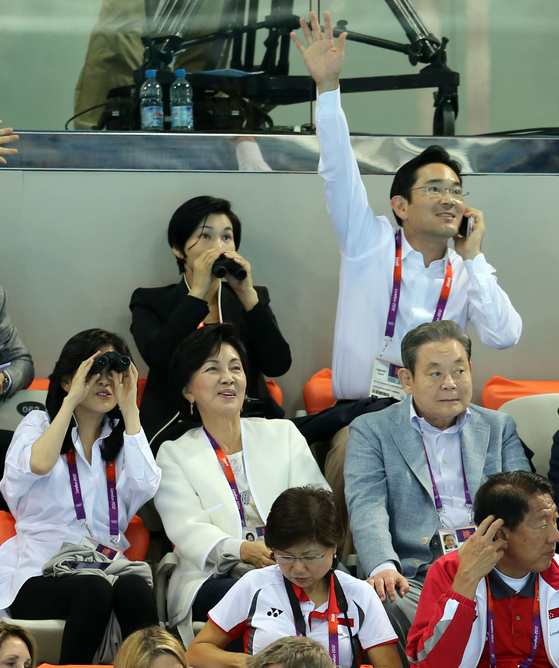 Lee and his family watch the men's 400-meter freestyle at the Olympic Park in London during the London 2012 Summer Olympics. [YONHAP]