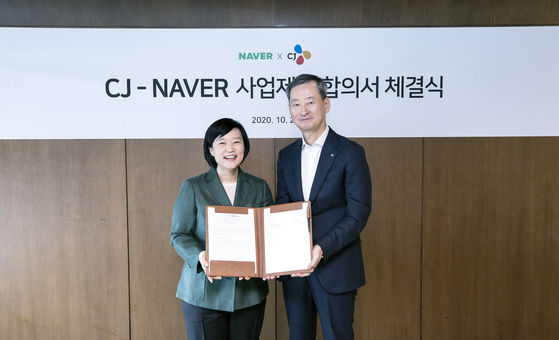 Naver CEO Han Seong-sook, left, and Choi Eun-seok, chief operating officer at CJ Corporation, agree to a stock swap worth 600 billion won ($530.5 million). [CJ CORPORATION]