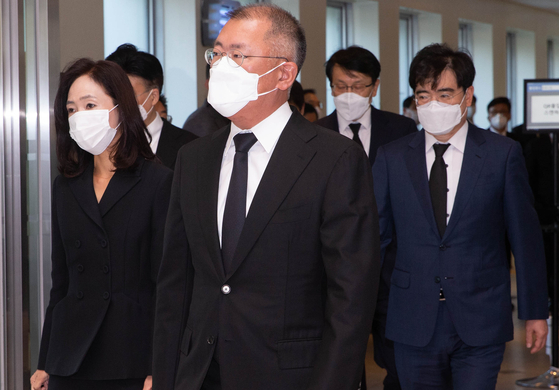 Hyundai Motor Group Chairman Euisun Chung leaves the mourning altar for the late Samsung Electronics Chairman at Samsung Medical Center in southern Seoul on Monday. [YONHAP]
