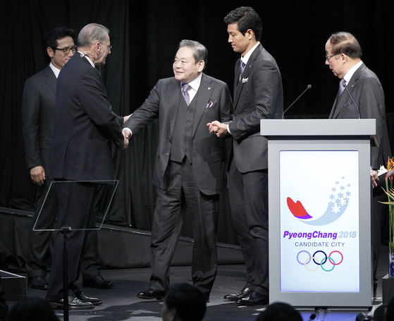 Lee shakes hands with Jacques Rogge, president of the International Olympic Committee from 2001 to 2013, following his presentation in July 2011 to bring the Winter Olympics to Pyeongchang. [YONHAP]