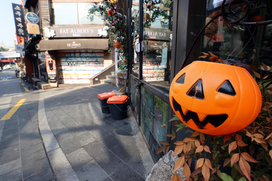 A plastic jack-o'-lantern bucket sits outside a store in Itaewon, central Seoul, Monday, five days before Halloween. [YONHAP]