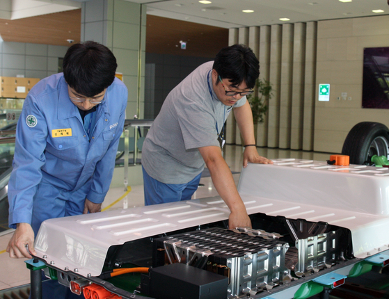 Posco's electric vehicle battery pack and Giga Steel are displayed in the research and development center of Posco in Song-do, Incheon. [POSCO]