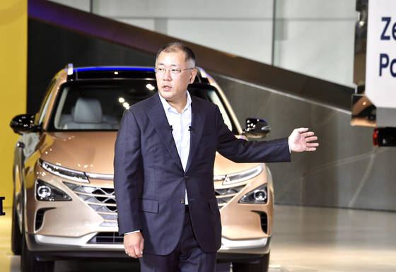 Hyundai Motor Group Chairman Euisun Chung briefs about the company's hydrogen mobility roadmap in a teleconference with the Blue House in July. [HYUNDAI MOTOR]