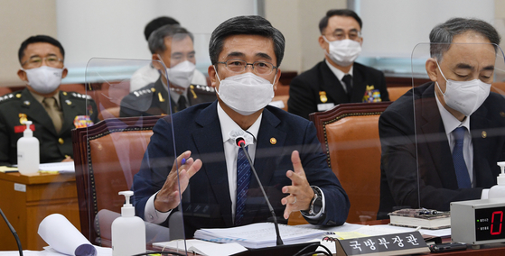 Minister of National Defense Suh Wook, center, answers questions during a parliamentary audit hearing at the National Assembly on Monday. [YONHAP]
